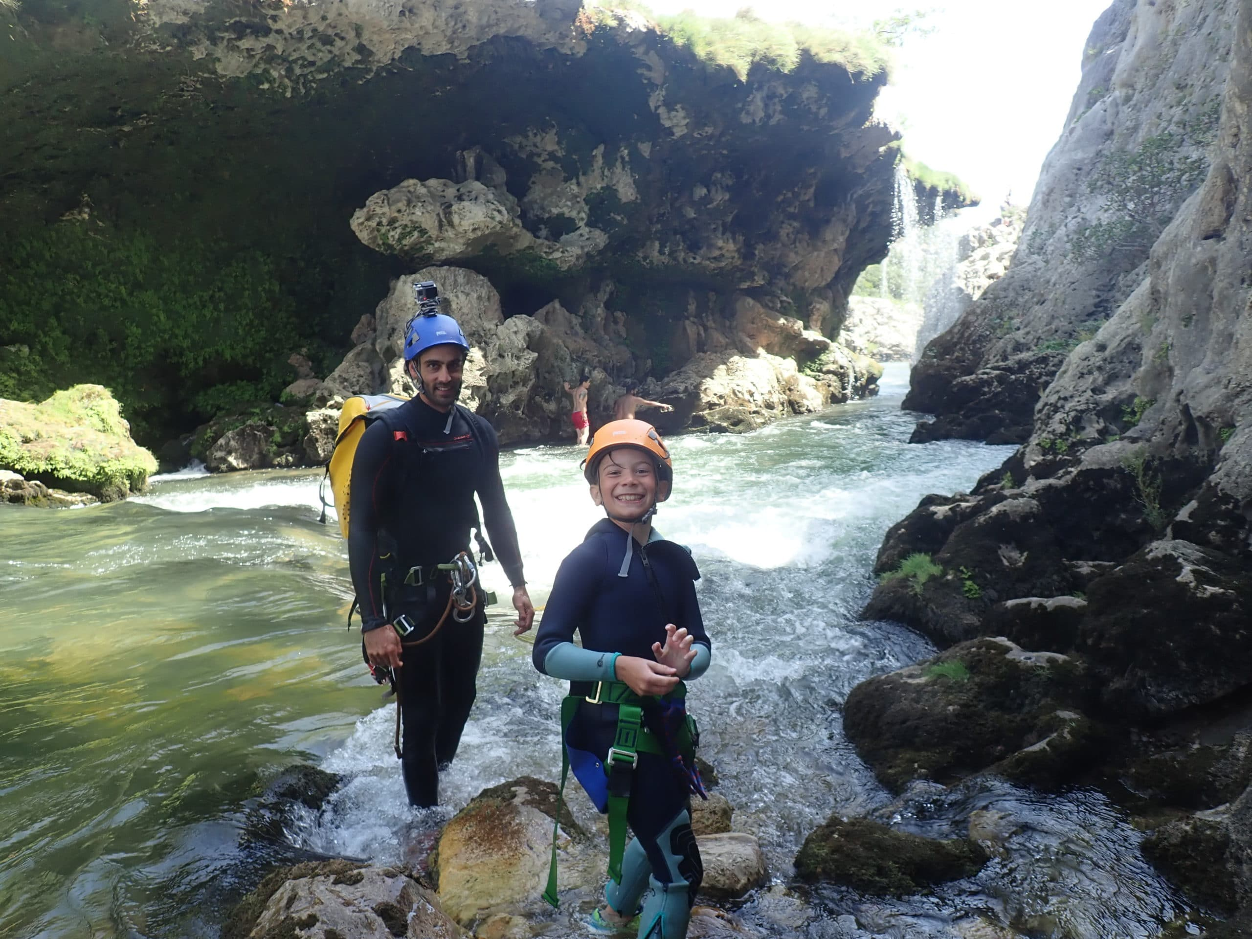 Activité de plein air en famille, devant le parapluie dans le canyon du diable à St Guilhem le Désert.