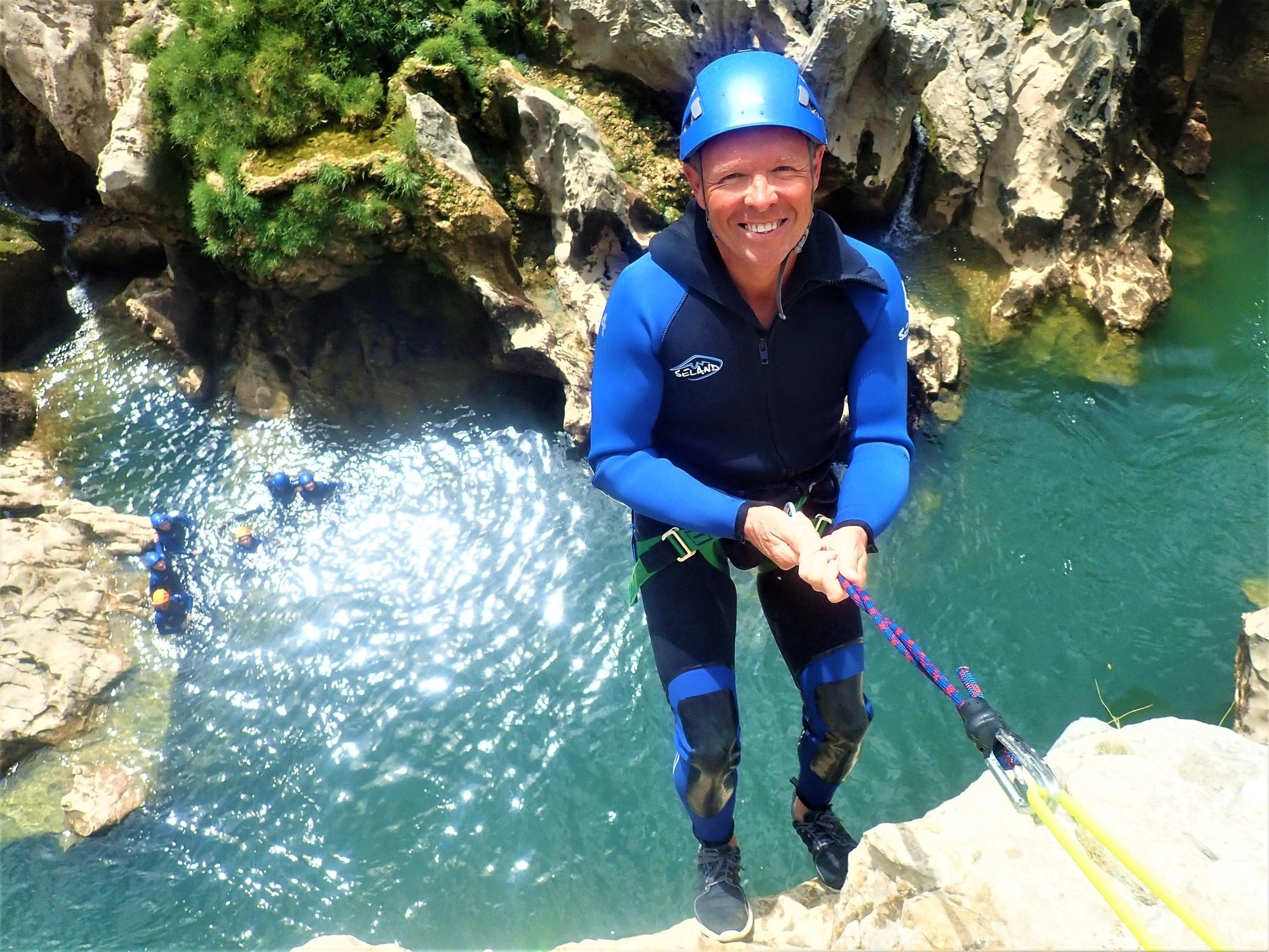 comment s'habiller pour le canyoning ? nos combinaisons naturéo sport aventure