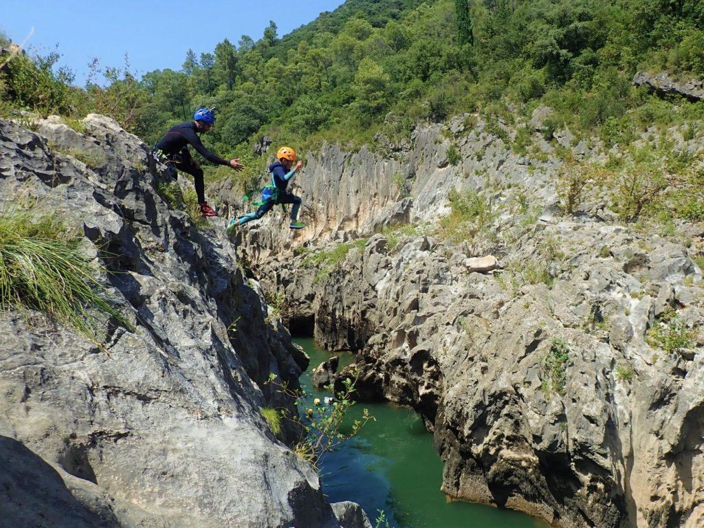 Canyoning Hérault, saut de 10 m !
