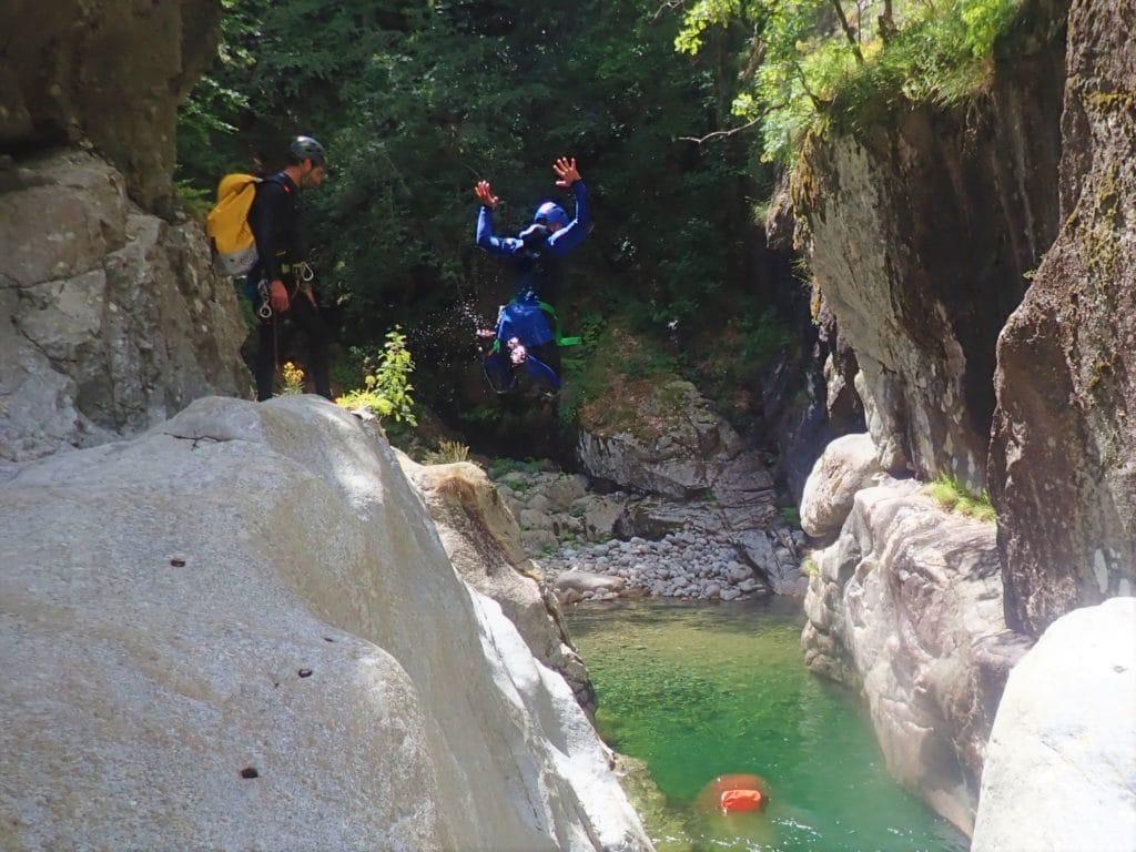 Comment faire du canyoning ? apprentissage des techniques de sauts !